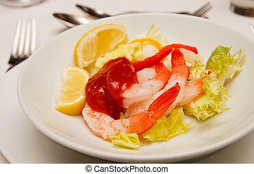 Cóctel de camarones frescos en el plato blanco