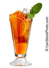 Cóctel fresco sin alcohol con frutas naranjas y cuerno de mar aislado