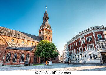cúpula, catedral, monumento, tarde, arquitectónico, landmark., debajo, antiguo, sky., azul, riga, latvia., soleado, medieval, herencia, luz, famoso, pueblo, viejo