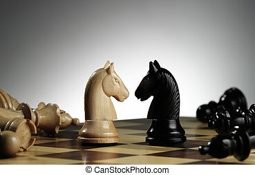 Caballeros blancos y negros en el tablero de ajedrez