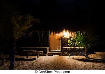 Cabanas de playa por la noche en México tulum caribbean yucatan Penín