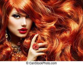 Cabello rojo largo y rizado. Retrato de mujer de moda