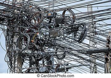 Cables eléctricos desordenados en el poste