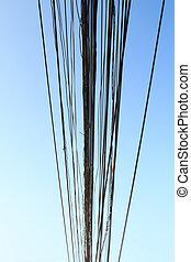 Cables eléctricos desordenados en Tailandia. Tecnología de fibra óptica descubierta abierta al aire libre en ciudades asiáticas.