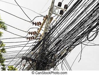 Cables eléctricos desordenados en Tailandia, tecnología de fibra óptica descubierta abren aires al aire libre en ciudades asiáticas