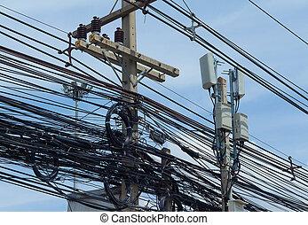 Cables eléctricos enredados y desordenados