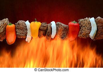 Cabob de barbacoa sobre el fuego