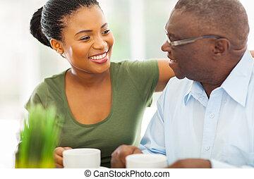 café, el suyo, anciano, granddaughteer, norteamericano, africano, hogar, sonriente, el gozar, hombre