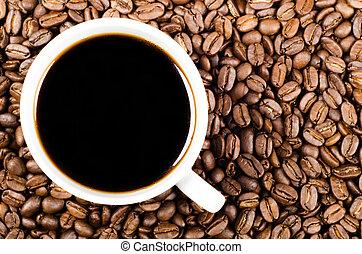 Café filtro negro en granos de café con espacio de copia