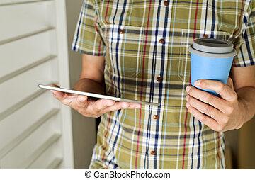 café, tableta, taza, té, utilizar, o, hombre