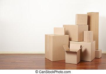 Cajas de cartón en el apartamento