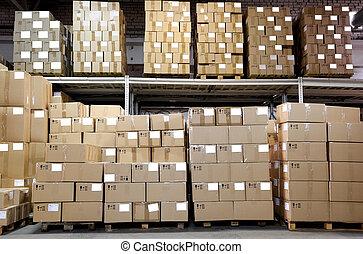 Cajas de hierro en el almacén