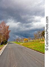 Calle con nubes oscuras y lluvia pesada
