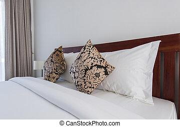 Cama doble en el interior con dos almohadas