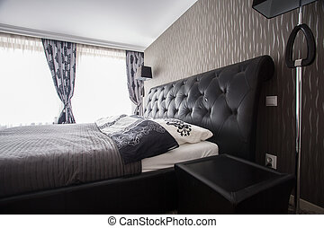 Cama doble en una habitación de lujo