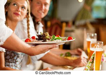 Camarera sirviendo a un restaurante bavario