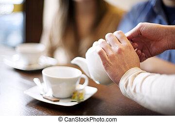 Camarera sirviendo café/tea
