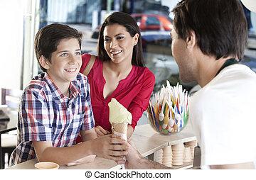 camarero, hielo, hijo, mirar, madre, sonriente, receiving, crema