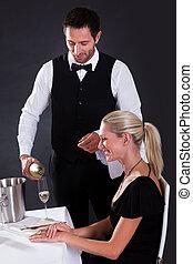 Camarero sirviendo champaña