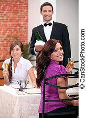 Camarero sirviendo clientes