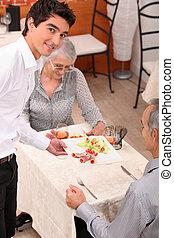Camarero sirviendo una comida