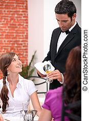 Camarero sirviendo vino