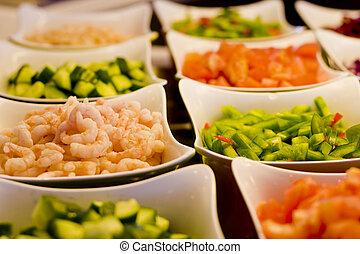 Camarones y verduras en la barra de ensaladas