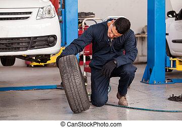 Cambiando neumáticos en una tienda de autos