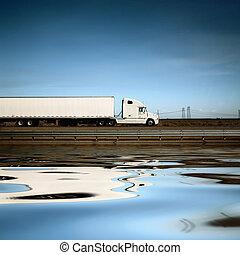 Camión blanco en la carretera bajo el cielo azul