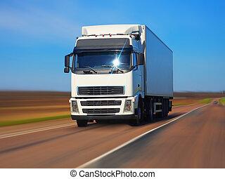 Camión de carga en la carretera