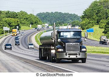 Camión de gasolina en la interestatal