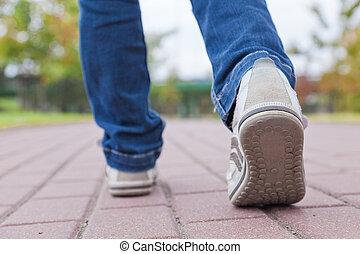Caminando en zapatos deportivos en pavimento