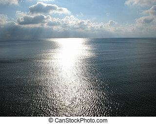Camino de la luz del sol en una superficie marina