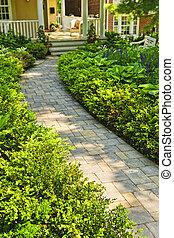 Camino de piedra en jardín de casas