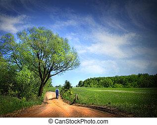 Camino polvoriento en un hermoso día de primavera