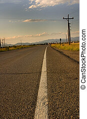 Camino y línea blanca en la autopista