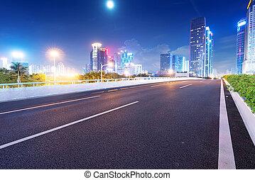 Caminos ligeros en la calle al atardecer en Guangdong, China
