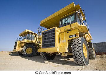 Camiones mineros amarillos