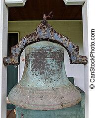 Campana histórica en la sala de misión de la iglesia waioli huiia