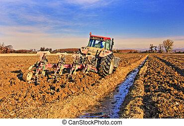 Campo de arar tractor