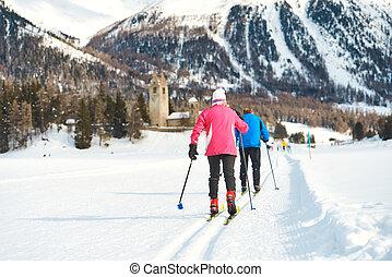 campo través, pareja edad avanzada, prácticas, esquí