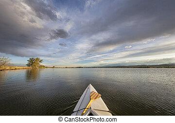 Canoa con remo en el lago
