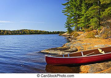 Canoe en la orilla