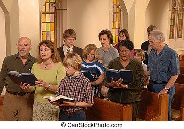 Cantando himnos en la iglesia