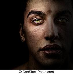 Cara de hombre hermoso con ojos verdes en la sombra