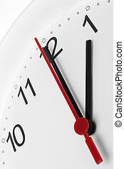 Cara de reloj mostrando descanso para almorzar y trabajando en el pasado blanco