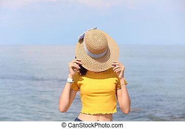 cara, ella, camisa, amarillo, paja, niña, de par en par, sombrero, cubiertas