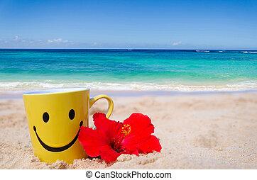 Cara feliz con hibisco rojo en la playa