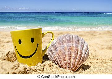Cara feliz en la playa con con conchas marinas