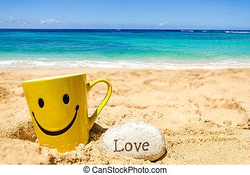 """Cara feliz y firma """"amor"""" en la playa"""